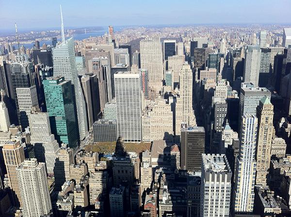 New York devasa gökdelenlere dolu bir şehir. Çoğu caddede gökyüzünü göremiyorsunuz..
